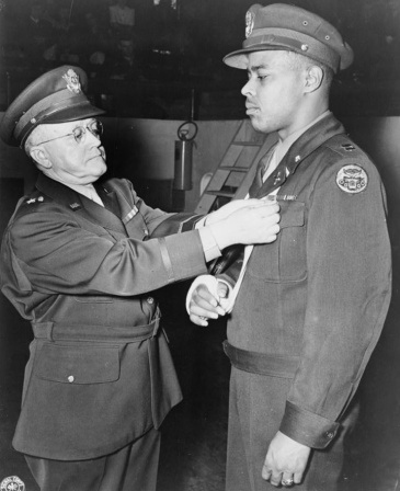 Charles_L._Thomas_being_awarded_Distinguished_Service_Cross